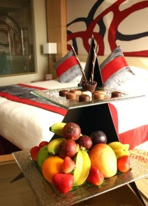 welcome-amenity-fruits-chocolate-Glass-Studio-Radisson-Blu